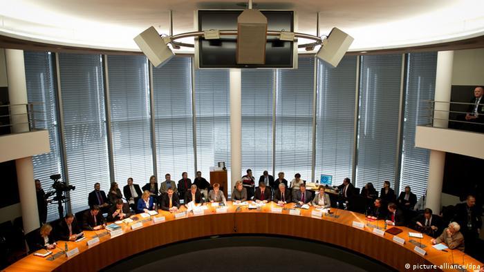 Blick von der Zuschauertribüne in den kreisrunden Sitzungssaal des NSA-Untersuchungsausschusses.