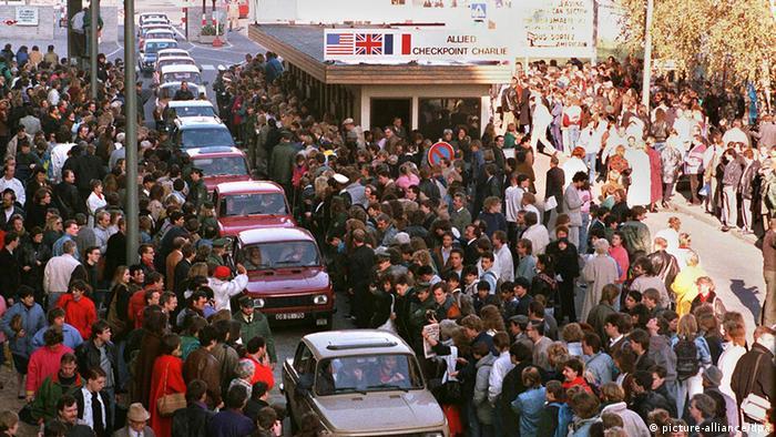 Так встречали машины из ГДР в Западном Берлине утром 10 ноября
