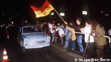 Deutschland Mauerfall Grenzöffnung Berlin Trabi vor Grenzübergang