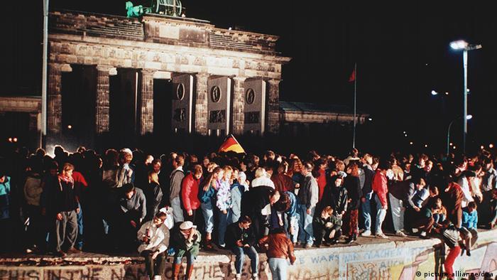 Падение Белинской стены Сразу после падения Берлинской стены 9 ноября 1989 года тысячи людей отправились к Бранденбургским воротам, чтобы отпраздновать это событие. Символ раздела Германии стал символом воссоединения страны.