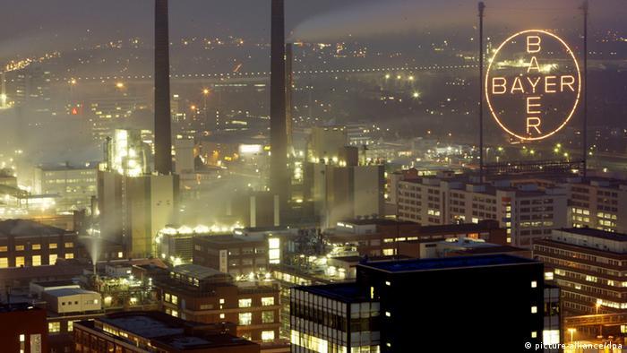Головний завод німецького хіміко-фармацевтичного концерну Bayer в Леверкузені