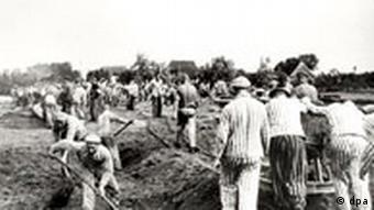 KZ-Häftlinge aus Neuengamme bei Zwangsarbeit