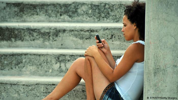 Kubanerin mit Handy
