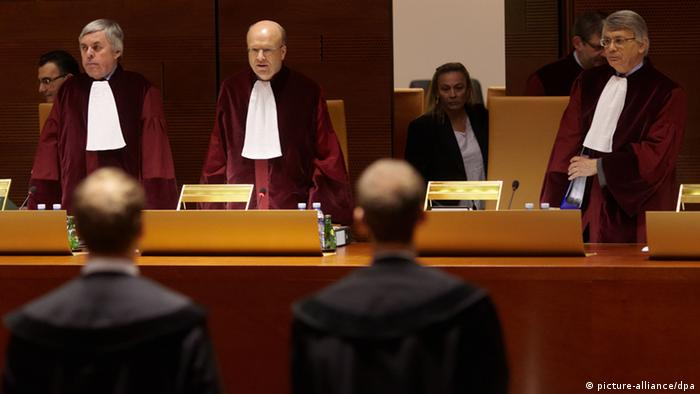 Prezes Trybunału w Luksemburgu Koen Lenaerts (w środku)