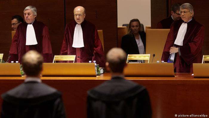 Prezes Trybunału w Luksemburgu Koen Lenaerts (w środku) (picture-alliance/dpa)
