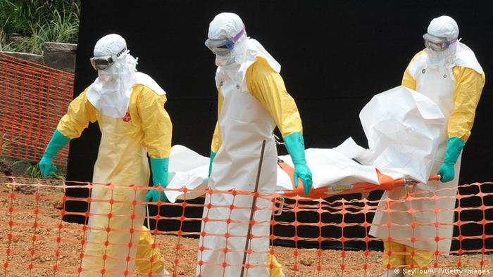 Personal sanitario en Guinea retira a un paciente fallecido por ébola.