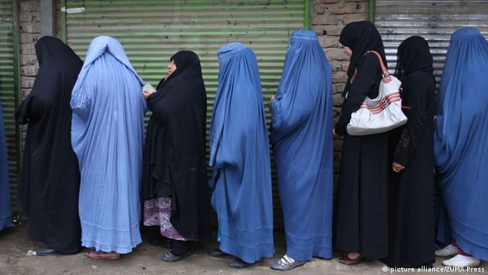 Verschleierte Frauen stehen Schlange um ihre Stimme abzugeben (Foto: picture alliance/ZUMA Press)