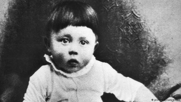 Той се оказа доста по-различен от нас - това са думи на майката на Хитлер - Клара Хитлер, цитирани от Аугуст Кубичек, приятел на Адолф Хитлер от младежките му години. На снимката: Хитлер като дете.