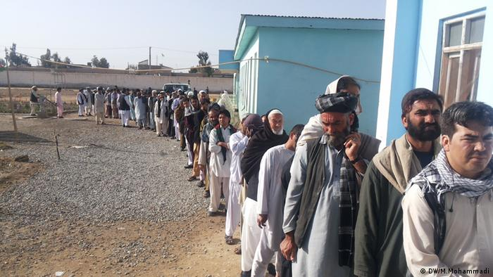 Afghan voters in a poling center in Helmand (Photo: M.Mohammadi/DW)