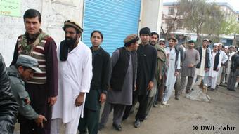 Männer stehen Schlange um ihre Stimme abzugeben (Foto: DW/F.Zahir)