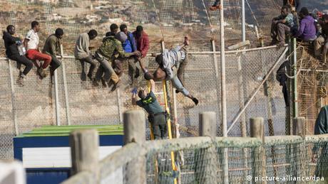 Hunderte afrikanische Flüchtlinge klettern über den Grenzzaun in die spanische Enklave in Melilla. (Foto: epa/ Juan Rios)