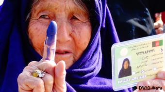 Eine Frau hält ihrem blau gefärbten Finger hoch (Foto: DW/Q.Wafa)