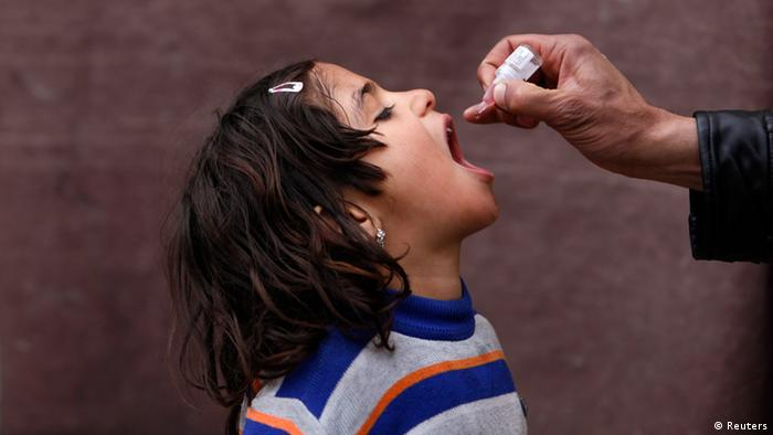 Oral polio vaccination Photo: REUTERS/Mohammad Ismail