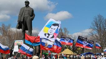 Pro-Russian protesters gather near a statue of Lenin in Donetsk (Photo: EPA/PHOTOMIG )