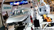 Eine speziell für die Hannover Messe angelegte Produktionsstraße für die automatisierte Türmontage an einem VW Golf 7 steht am 06.04.2014 am Siemens Stand auf der Hannover Messe in Hannover (Niedersachsen). Die Industriemesse findet vom 7. bis 11. April 2014 statt. Foto: Christoph Schmidt/dpa +++(c) dpa - Bildfunk+++