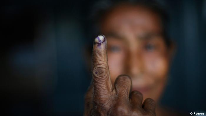 Indien Parlamenstwahlen 2014 - A woman shows her ink-marked finger after casting her vote at a polling station in Majuli, a large river island in the Brahmaputra river, Jorhat district, in the northeastern Indian state of Assam April 7, 2014. (Photo: Reuters)