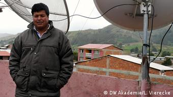 A staff member at Colomi's local radio station, which broadcasts in Quechua (photo: DW Akademie/Linda Vierecke).