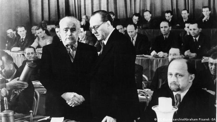 Образование ГДР: президент Вильгельм Пик, председатель совета министров Отто Гротеволь, первый секретарь ЦК СЕПГ Вальтер Ульбрихт