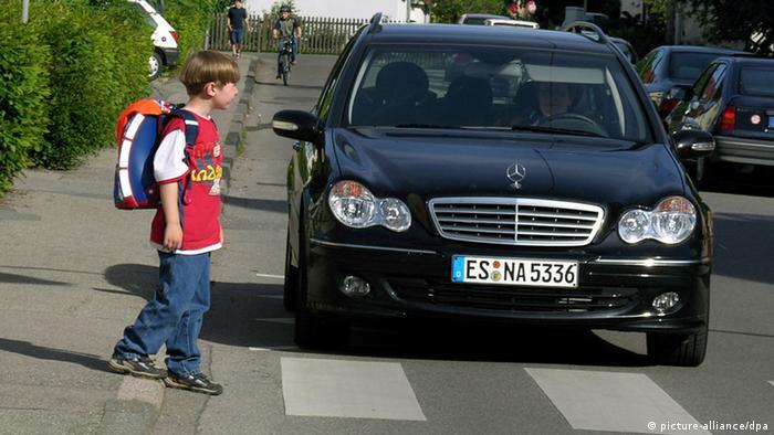 Kind am Zebrastreifen Schulweg Auto