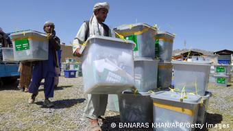 Wahlurnen werden nach Kabul gebracht (Foto: AFP/Getty Images)