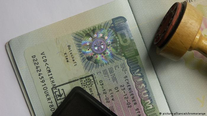 Паспорт с шенгенской визой лежит на столе