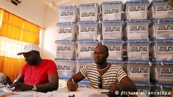Wahlhelfer in Guinea-Bissau (Foto: dpa)