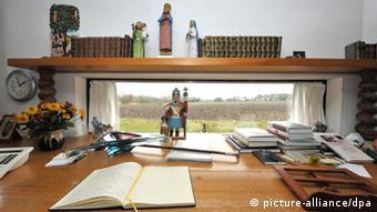 Schreibtisch von Walter Kempowski n seinem Haus in Nartum im Kreis Rotenburg (Foto: dpa)