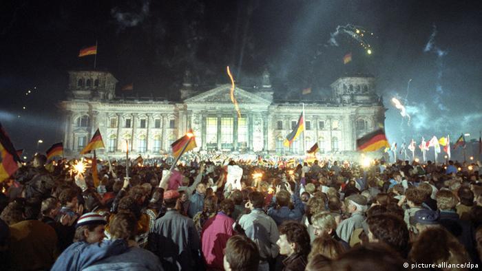 Німеччина об´єдналася офіційно 3 жовтня 1990 року, по десяти місяцях та 24 днях після падіння Берлінського муру