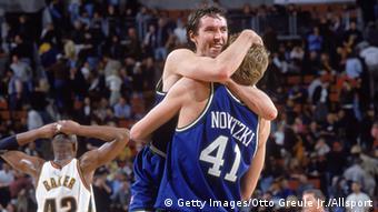 Steve Nash & Dirk Nowitzki Jubel ARCHIV 2000