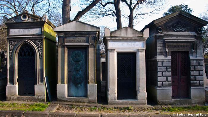 Paseantes encuentran solaz entre lápidas y mausoleos de París