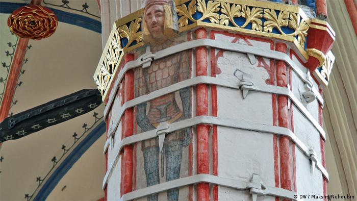 Одна из колонн центрального нефа храма Николая Чудотворца в Штральзунде