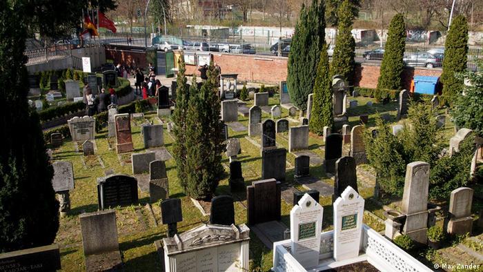 Der islamische Friedhof vor dem Eingang der Sehitlik-Moschee