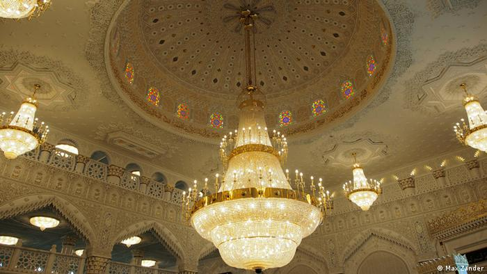 Reiche Verzierungen an der Decke des Gebetsraums