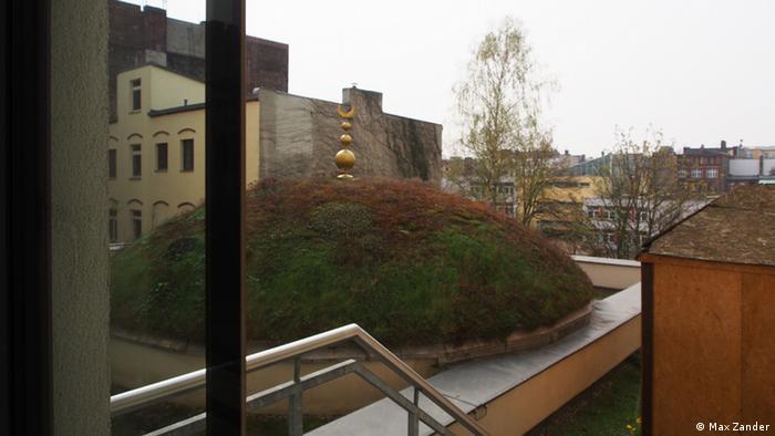 Mit Gras bewachsene Kuppel im Innenhof