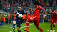 Manchester United's Wayne Rooney fights for the ball with Bayern Munich's Dante (R) during their Champions League quarter-final second leg soccer match in Munich, April 9, 2014. REUTERS/Kai Pfaffenbach (GERMANY - Tags: SPORT SOCCER)