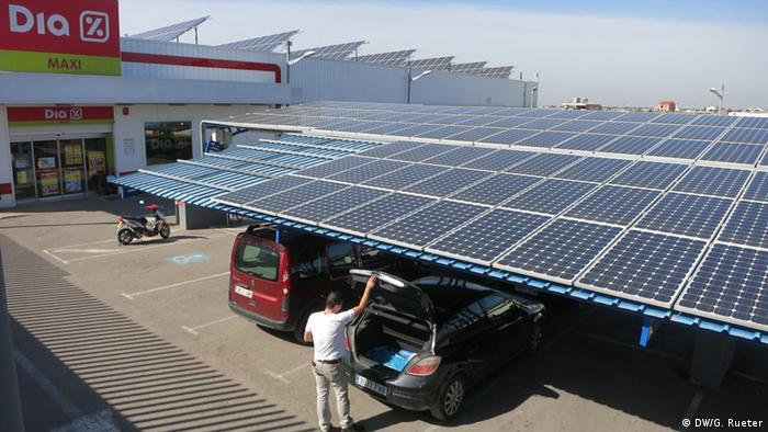 Supermarkt in Conil in Südspanien. Der Parkplatz ist mit Modulen verschattet.
