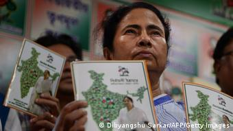 Mamata Banerjee indische Politikerin - Indian Chief Minister of the eastern Indian state of West Bengal and chief of the Trinamool Congress Mamata Banerjee holds up a copy of her party's manifesto for the forthcoming general election at the manifesto launch in Kolkata on March 22, 2014. (Photo: AFP/Getty)