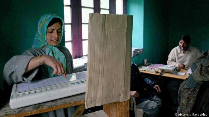 Wahl in Indien ARCHIVBILD 2004 - A Kashmiri woman casts her vote at a polling station using an electronic voting machine (EVM) in Sheeri 65 kilometers north of Srinagar, the summer capital of Indian held Kashmir, Tuesday 20 April 2004. (Photo: dpa)