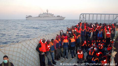 Flüchtlinge in Italien März 2014 (picture-alliance/AP Photo/Italian Coast guard)
