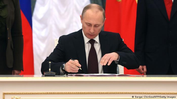 Der russische Präsident Wladimir Putin bei einer Vertragsunterzeichnung in Moskau (Foto: Sergei Chirikov/AFP/Getty Images)