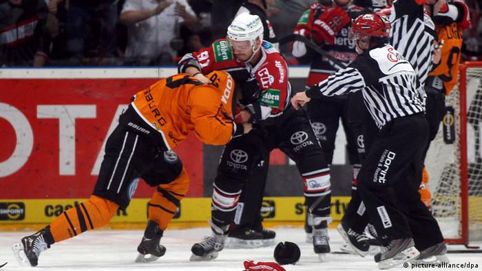 DEL: Kölner Haie - Grizzly Adams (Foto: Ina Fassbender/dpa)