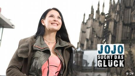 Jojo steht vor dem Kölner Dom. (DW)