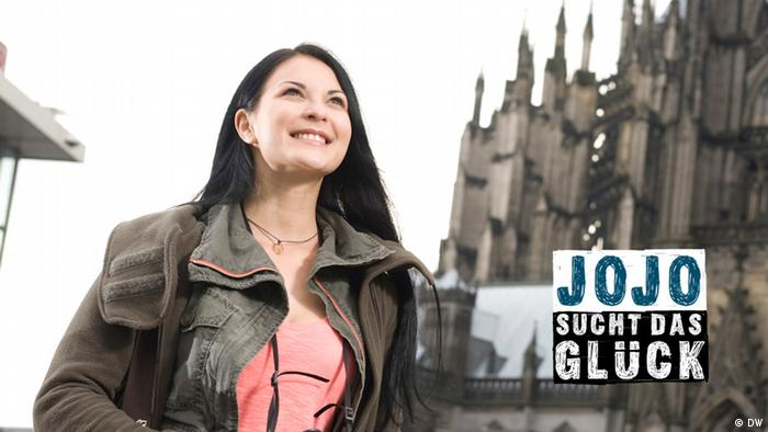 Jojo steht vor dem Kölner Dom.