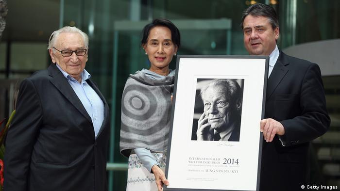 Suu Kyi mit Gabriel (r.) und dem Vorsitzenden der Jury, Egon Bahr (l.) (Foto: Sean Gallup/Getty Images)