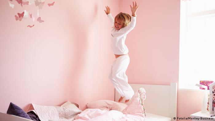 Mädchen hüpft auf Bett (Fotolia/Monkey Business)