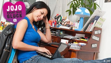 Jojo sitzt entspannt mit ihrem Laptop am Schreibtisch. (DW)