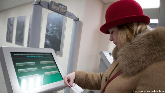 A woman in front of a computer screen applying for a visa in Russia (photo: Itar-Tass/ Alexandra Krasnova)
