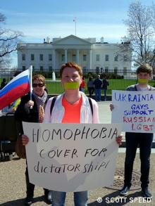Anwalt Kovkov (vorne): Demonstration von russischen LGBT vor dem Weißen Haus in Washington (Foto: Schließ/DW)