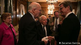 Guido Westerwelleim Gespräch mit Gästen der Naumann-Stiftung (Foto: Zacarias Garcia)