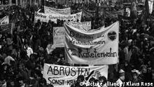 Demonstration gegen atomare Aufrüstung, Menschenmenge mit Transparenten 1982 (picture alliance / Klaus Rose)qrv